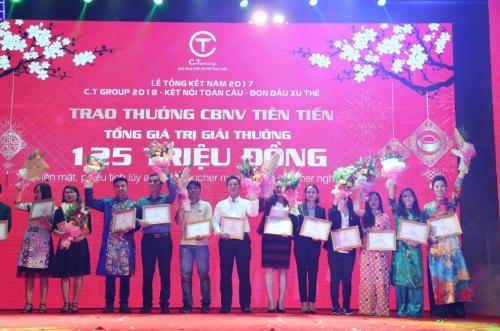 Tập đoàn C.T Group còn trao nhiều phần thưởng trị giá 125 triệu đồng mỗi người cho các cá nhân tiên tiến.