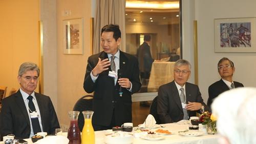 Chủ tịch FPT - Trương Gia Bình là người kết nối các doanh nghiệp trong sự kiện. Ảnh: VGP