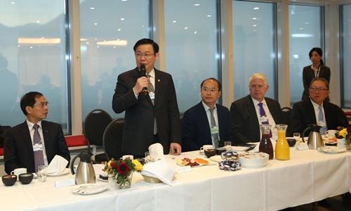 Phó thủ tướng Vương Đình Huệ tại buổi gặp 25 doanh nghiệp. Ảnh: VGP