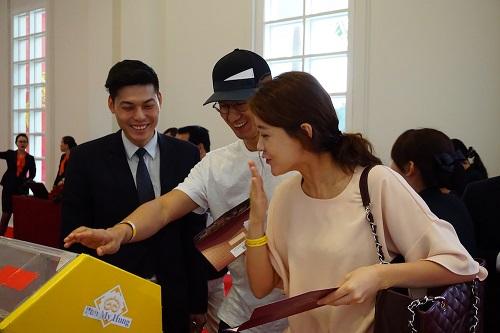 Cặp đôi trẻ người Hàn Quốc hy vọng sẽ sở thành chủ nhân căn hộ Midtown giai đoạn ba.