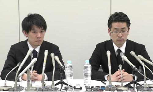 Coincheck CEO - Koichiro Wada (trái) vàOtsuka thông báo sàn bị đánh cắp 450 triệu USD cuối tuần trước. Ảnh: japantimes.