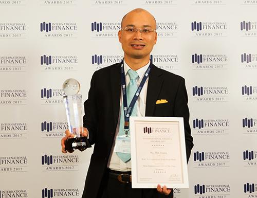Ông Chu Nguyên Bình -  Phó Tổng Giám đốc BAC A BANK nhận giải thưởng Ngân hàng tư vấn đầu tư tốt nhất do IFM trao tặng