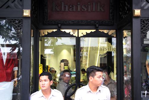 Quản lý thị trường TP HCM kiểm tra bên trong mộtcửa hàng Khaisilk hồi tháng 10/2017.