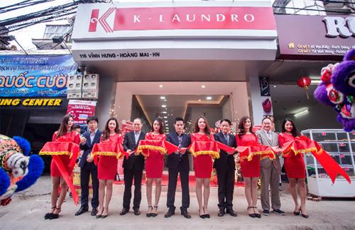Đại diện tập đoàn LG Hàn Quốc và Ban lãnh đạo Cleanpro Việt Nam cắt băng khai trương