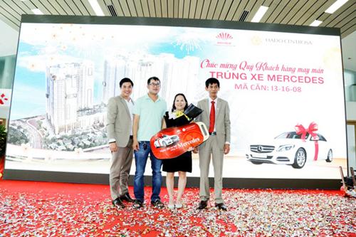 Gia đình chủ nhân căn hộ I3-16.08 - Bà Phạm Thị Hồng Loan đã may mắn sở hữu chiếc Mercedes trong chương trình.