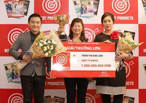 Chị Trần Thị Kim Liên (đứng giữa) nhận giải thưởng một tỷ đồng từ Best Products.