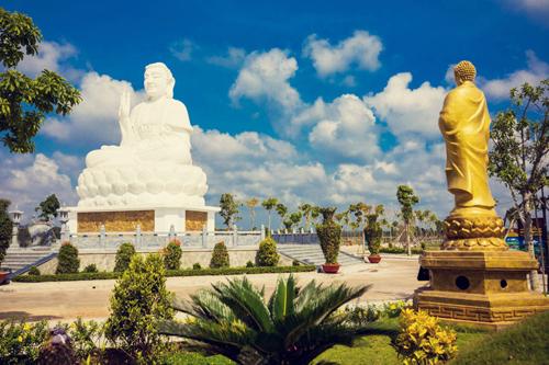 Tượng Phật Thích Ca Mâu Ni cao 18m nằm ở trung tâm công viên nghĩa trang Hoa Viên Bình An.