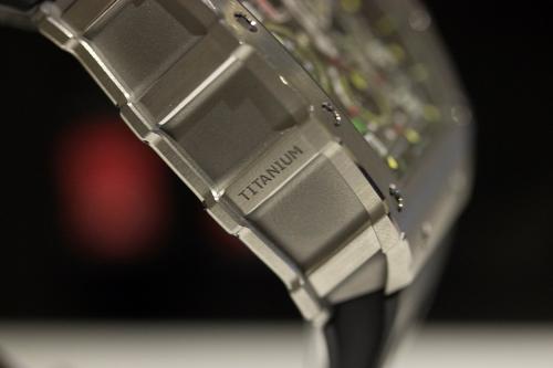 Chất liệu này có màu xám và bề mặt nhám. Thông thường các hãng đồng hồ để nguyên bề mặt này và chỉ đánh bóng một số cạnh bởi chi phí chế tác lớn và tốn thời gian nhất là đánh bóng thủ công. Trong ảnh là một thân vỏ đồng hồ Richard Mille chế tác từ Titanium cấp độ 5.