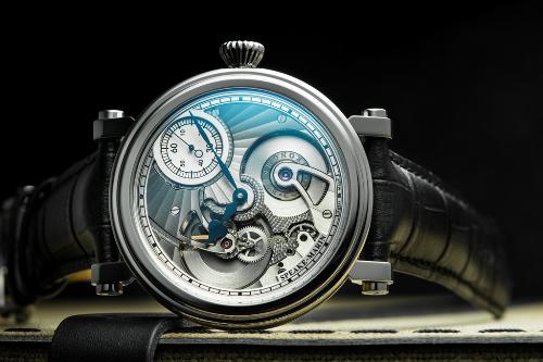 Mẫu đồng hồ Speake-Marin One & Two phiên bản giới hạn 38 chiếc trên toàn thế giới với bộ kim giờ, phút Foundation nung nhiệt mang màu xanh đặc trưng, trang bị bộ máy in-house chuẩn Chronometer SMA01. Cả bộ máy được thiết kế như một mặt số 3D đặt trong thân vỏ Piccadilly kinh điển. Giá bán của mẫu đồng hồ này là 394 triệu đồng.