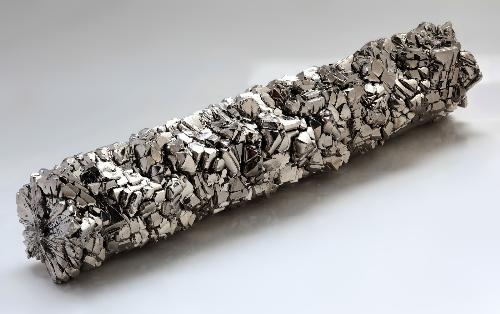 Theo các chuyên gia của Speake-Marin, hợp kim Titanium nhẹ nhưng bền và chống ăn mòn, phù hợp với các điều kiện khắc nhiệt nên được sử dụng nhiều trong công nghệ hàng không, vũ trụ. Loại vậy liệu này cũng thích hợp để sản xuất đồng hồnhưng giá vật liệugấp 50 lần thépcùng chi chí chế tác cao, đòi hỏi máy móc hiện đại và nhiều cônglà một trở ngại lớn.