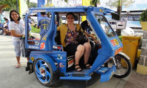 Khách du lịch trải nghiệm lại xe ba bánh đặc trưng ỏ Boracay.