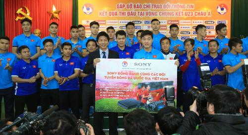 Ông Yasuhiro Tsuda - Tổng Giám đốc Sony Electronics Việt Nam trao tặng 39 TV BRAVIA OLED 55 inch cho Đội Tuyển U23 Việt Nam cùng những sản phẩm công nghệ cao cấp khác của hãng