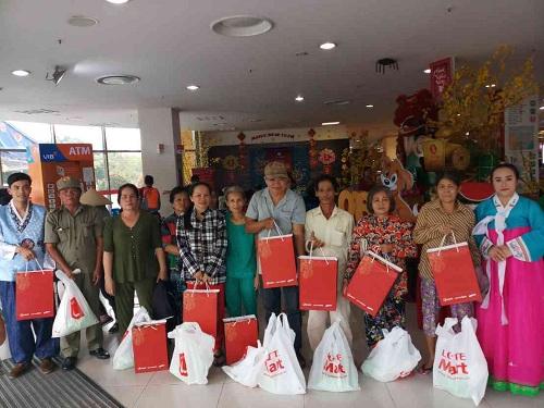 Từ 28/1 đến 6/2, Lotte Mart phối hợp cùng các cơ quan chức năng tại địa phương, đối tác P&G Việt Nam thăm hỏi và tặng quà Tết cho các gia đình có hoàn cảnh khó khă. Hoạt động diễn ra tại 13 trung tâm thương mại của siêu thị Lotte Mart khắp cả nước với 800 phần quà. Tổng giá trị quà tặng hơn 200 triệu đồng.
