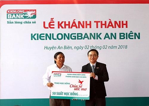 Ngân hàng Kiên Long trao các suất học bổng cho học sinh nghèo tại huyện An Biên và Tân Hiệpvới tinh thần tương thân tương ái, phù hợp phương châm Sẵn lòng chia sẻ