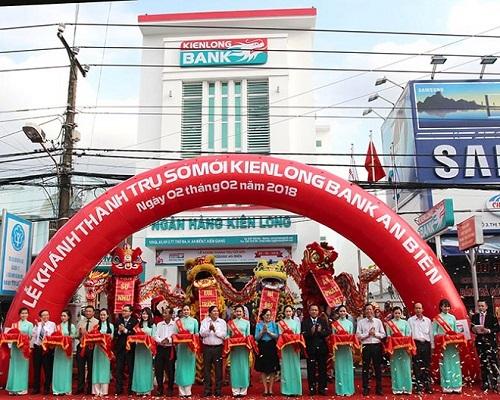 Cán bộ nhân viên ngân hàngthực hiện nghi thức cắt băng khánh thành trụ sở mới Kienlongbank An Biên.