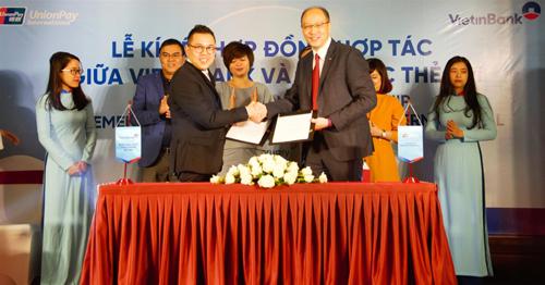 Ông Phùng Duy Khương - Giám đốc Khối Bán Lẻ VietinBank (bên trái) và Ông Yang Wenhui - Tổng giám đốc UnionPay International Đông Nam Á.
