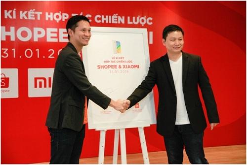 Ông Pine Kyaw - Giám đốc Shopee Việt Nam và ông Wang Xiang tại buổi lễ ký kết hợp tác chiến lược các sản phẩm công nghệ.