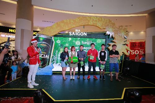 Những khách hàng may mắn đầu tiền được nhận thùng Saigon Special mới với bao bì sang trọng, hiện đại tại Aeon Tân Phú đợt sự kiện đêm nhạc Giáng sinh và chào mừng năm mới 2018.