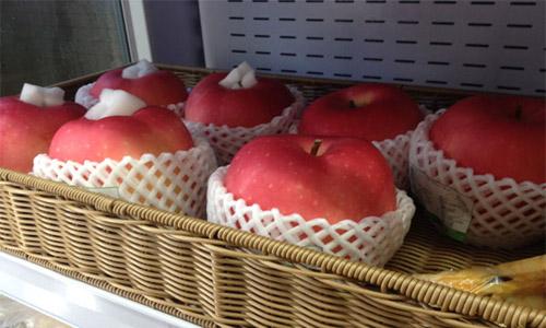 Loại táo Nhật có cân nặng tới 800 gram đến một kg được nhiều cửa hàng bánđược ưa chuộng dịp Tết Nguyên đán.