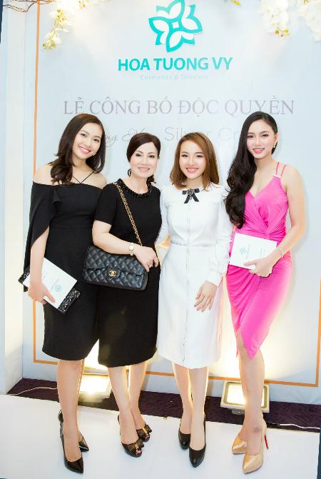 Giám đốc công ty Tường Vy - bà Vy Trần (thứ hai từ phài qua).
