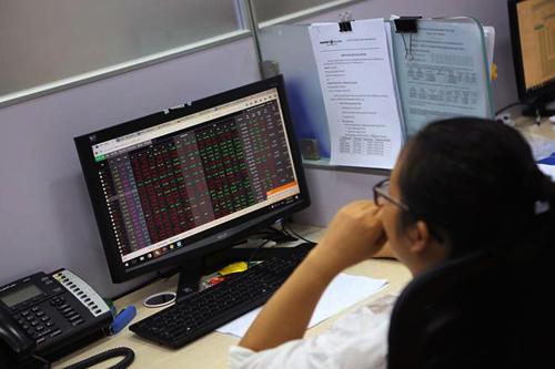 Nhà đầu tư nhiều người rơi vào trạng thái hoảng loạn khi thấy hàng loạt cổ phiếu đỏ rực. Ảnh: ĐTCK.