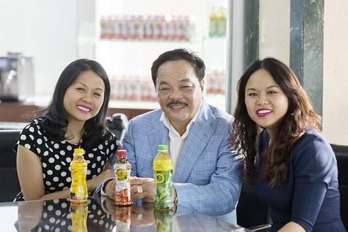 Ông vua Trà Trần Quí Thanh (giữa) cùng hai con gái, Trần Uyên Phương (trái) và Trần Ngọc Bích (phải). Hai ái nữ của ông chủ Tân Hiệp Phát đảm nhiệm những vị trí quan trọng trong công ty gia đình. Ảnh: THP