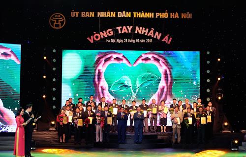 UBND TP Hà Nội vinh danh các doanh nghiệp thực hiện tốt trách nhiệm xã hội trong chương trình Vòng tay nhân ái năm 2018.
