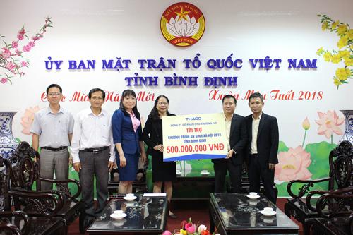 Đại diện Thaco trao 500 triệu đồng cho chương trình an sinh xã hội tỉnh Bình Định.