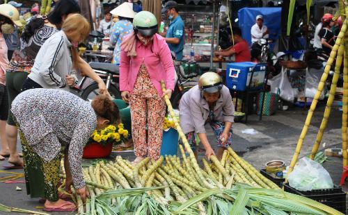 Ngày thường mỗi cây mía Tây chỉ có giá 15.000 đồng nhưng nay tăng lên 30.000 đồng. Ảnh: Hồng Châu.