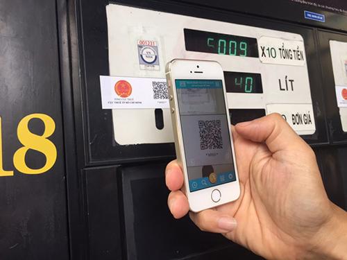 Ngoài thẻ ATM, hiện khách hàng mua xăng có thể dùng QR code để thanh toán tiền mua xăng. Ảnh minh hoạ