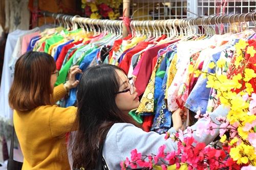 Giá thuê mỗi bộ áo dài chụp ảnh Tết dao động từ 70.000-100.000 đồng. Ảnh: Phương Đông.