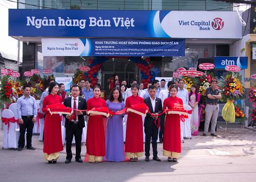 Buổi lễ khai trương của Ngân hàng Bản Việt tại thị xã Dĩ An, tỉnh Bình Dương. Ảnh:Ngân hàng Bản Việt