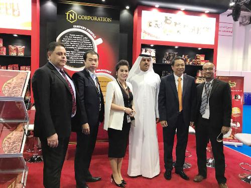 Bà Lê Hoàng Diệp Thảo cùng các đối tác phân phối King Coffee tại Dubai