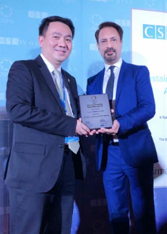 Ông Rajesh Chhabara, Giám đốc điều hành CSRWorks International trao giải cho ông Lê Trí Thông, Phó Chủ tịch Hội đồng quản trị PNJ.