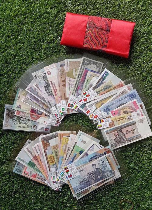 Bộ tiền 52 tờ của 28 quốc gia thu hút khách quan tâm để làm món quà lì xì Tết 2018.