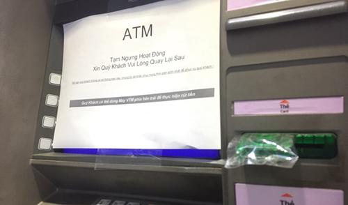 Máy ATM của nhiều ngân hàng liên tục báo tạm ngừng hoạt động do quá tải rút tiền ngày sát Tết. Ảnh: A.T