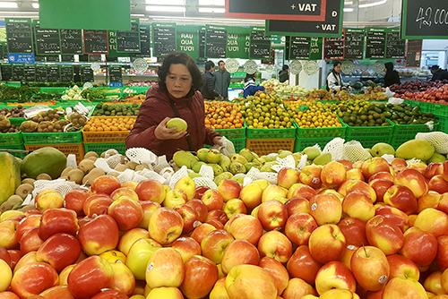 Trái cây tại các siêu thị dịp sát Tết chủ yếu là hàng nhập khẩu. Ảnh: Hoài Thu