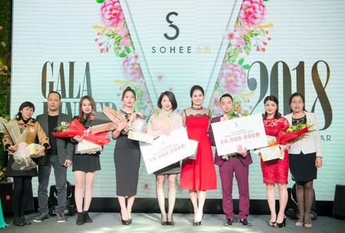 Doanh nhân Hà Bùi (thứ tư từ phải sang) tôn vinh các nhân viên xuất sắc trong buổi tiệc cuối năm.