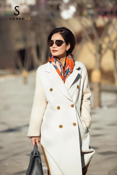 Doanh nhân Hà Bùi trong trang phục mùa đông tự thiết kế, nằm trong dòng sản phẩm cao cấp Sohee by HaBui.