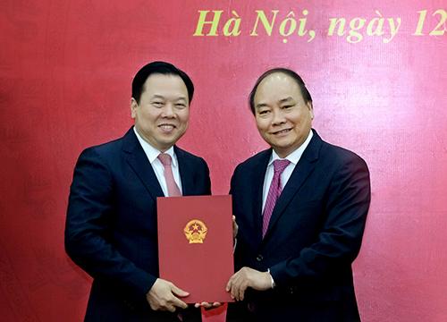 Thủ tướng trao quyết định bổ nhiệm Chủ tịch Uỷ ban Quản lý vốn Nhà nước tại doanh nghiệp cho ông Nguyễn Hoàng Anh. Ảnh: VGP