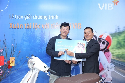 Đại diện VIB trao xe Vespa cho khách hàng trúng thưởng tuần 1
