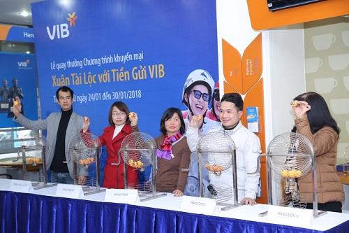 Khách hàng tham gia trực tiếp quay số tại chi nhánh VIB