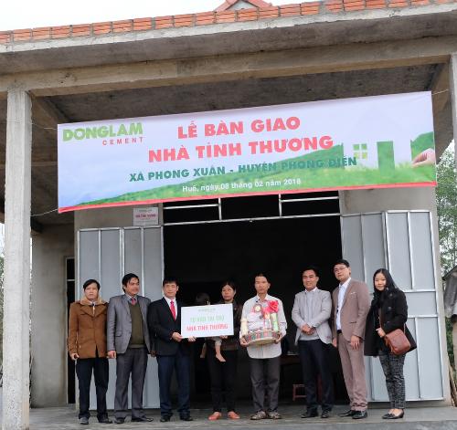 Xi măng Đồng Lâm trao tặng nhà tình thương cho anh Trần Văn Đình.