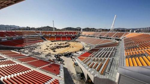Công nhân đang hoàn thiện một sân vận động phục vụ Olympic ởPyeongchang. Ảnh: AFP