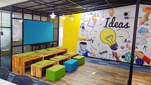 Các mảng tường được trang trí sinh động với những hình ảnh và màu sắc đặc trưng của thương hiệu Aviva.