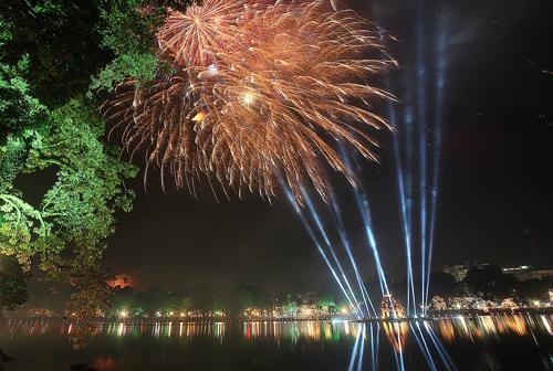 Pháo hoa tầm cao tại Hồ Gươm. Ảnh: Ngọc Thành.
