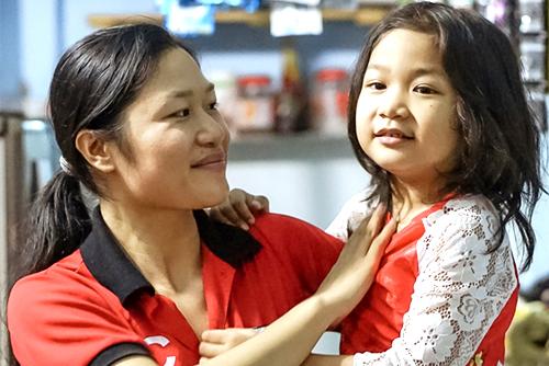 Chị Nguyễn Thị Lung (Phú Thọ) được Vietjet tặng vé máy bay về quê ăn Tết sau bảy năm bươn chải ở tỉnh Bình Phước. Ảnh: Tuấn Nhu