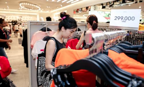 Mẫu mã bắt mắt, giá thành phải chăng của hãng thời trang ngoại đã ghi điểm với người tiêu dùng Việt. Ảnh: Phiên An