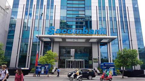 Sacombank trao quà cho khách hàng đầu năm mới Mậu Tuất.