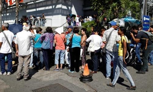 Người Venezuela xếp hàng bên ngoài một siêu thị ở thủ đô Caracas. Ảnh: Reuters